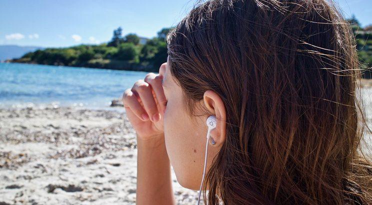 luisterboek op strand - boek lezen vakantie - beste luisterboeken - luisterboeken kopen - luisterboeken abonnement